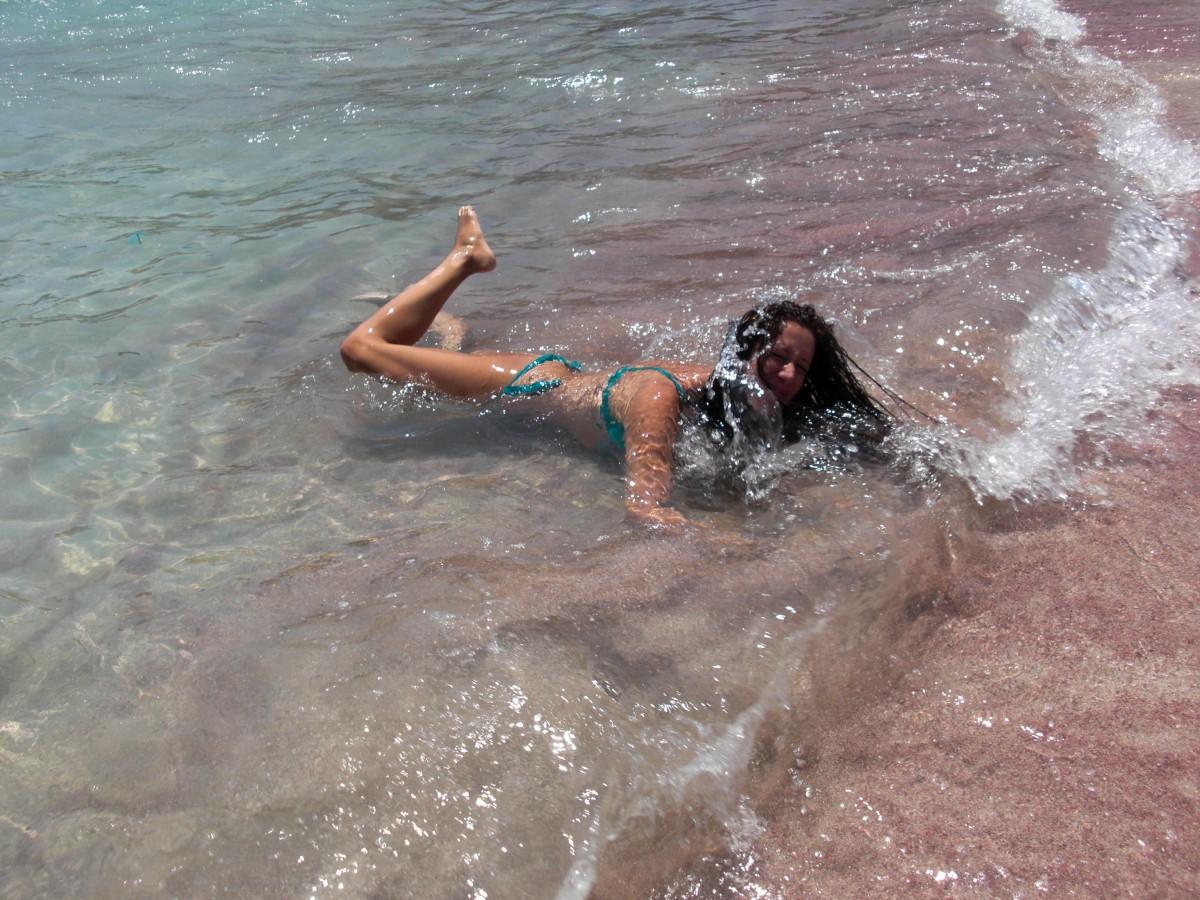 ..il bagnasciuga, dove onde di acqua trasparente si infrangevano dolcemente..